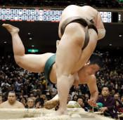錦木、白鵬に敗れ連勝止まる 大相撲初場所5日目