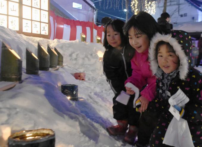 駅周辺の灯籠を眺める子どもたち