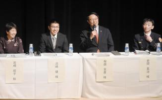 釜石花巻道路の全線開通を見据え、地域振興策などについて意見交換するパネリスト
