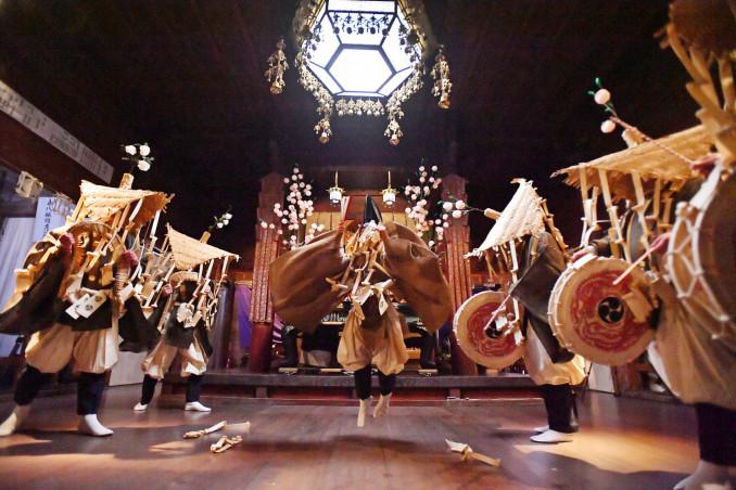 厳かな雰囲気の中で奉納される延年舞の「田楽」=20日午後9時22分、平泉町・毛越寺