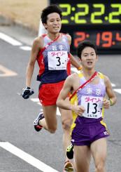 ゴールする岩手のアンカー・高橋尚弥(奧)=広島・平和記念公園