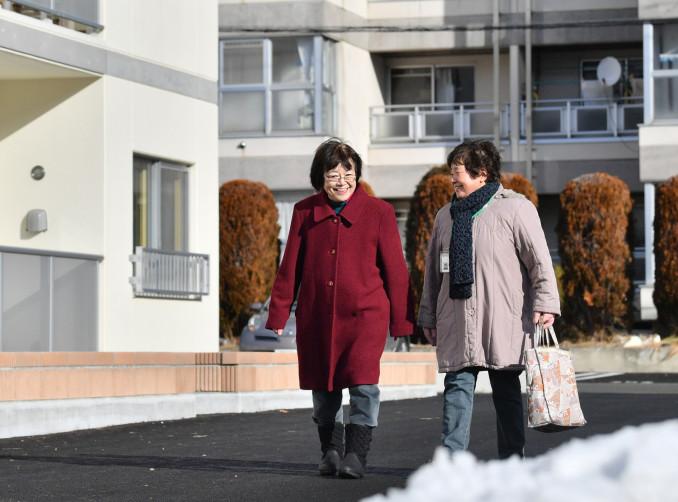 元気になった竹田昌佐さんと並んで歩く民生委員の大石礼子さん(右)。活動を通じ、地域のつながりが「命を守る手だて」となることを実感している=盛岡市月が丘2丁目