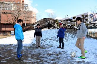 地肌が見え、滑れない状態が続く桜城小校庭の「スキー山」。盛岡市周辺の平野部は少雪傾向となっている=21日、盛岡市大通