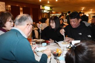 マルカンビル大食堂が提供しているさまざまなメニューを味わい、魅力を実感する参加者
