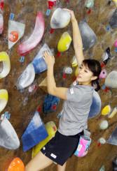 練習するスポーツクライミング女子の伊藤ふたば=盛岡市