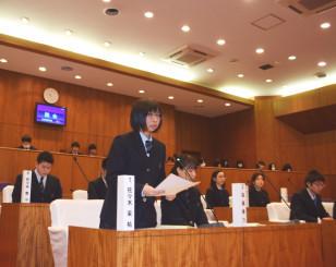 災害公営住宅について再質問する佐々木茉祐さん(中央)