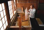 清らかな光、映す紙すき 花巻の成島和紙、作業最盛期