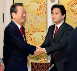 国会内での会談後、握手する国民民主党の玉木代表(右)と自由党の小沢共同代表=24日午前