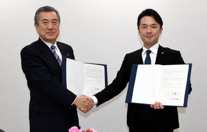企業立地協定を結んだ主浜了市長(左)と本垰和孝社長