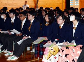 報道から東日本大震災について学ぶ百石高の3年生