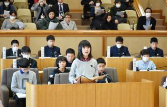 環境問題について質問する小川結衣さん(中央)