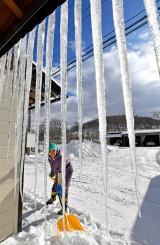 今冬初めて氷点下20度以下となった盛岡市薮川。民家の軒先にはつららが伸びる=25日