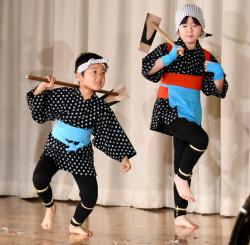 米作りの工程を表現した踊りを披露する立石子供百姓踊りのメンバー