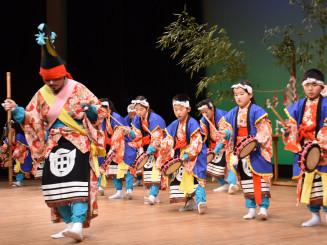 元気な踊りを披露する徳田田植え踊り保存会の子どもたち