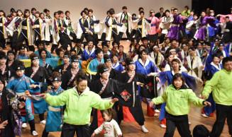 出演者全員による総踊りなどで、会場が大いに沸いた「すりさわyosakoiまつり」