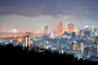 夜霧に覆われる盛岡市の市街地=28日午後10時24分、同市・岩山展望台から撮影