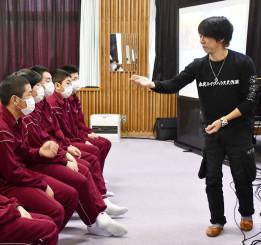 一人旅の思い出を世田米中の生徒らに語る細美武士さん(右)