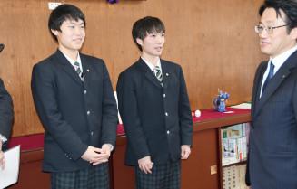 佐々木光司町長に遠征の抱負を語る田村圭梧選手(左)と橘汰威選手(中央)