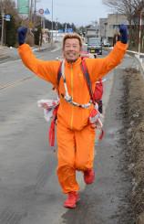洋野町と青森県階上町の県境に到達したジロー今村さん