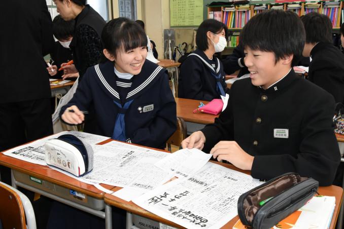平家物語新聞を仕上げる仙北中の2年生