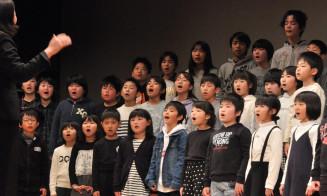 心を込めて「明日へ」を歌う船越小児童