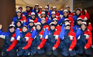 結団式後、「頑張るぞ」と気勢を上げる本県スケート陣=北海道釧路市内のホテル