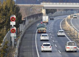 最高速度が120キロに引き上げられる東北道。高速化を歓迎する一方、不安も聞かれる=30日、花巻市北湯口