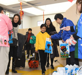 歓迎を受ける上海からの観光客=30日、花巻市東宮野目・花巻空港