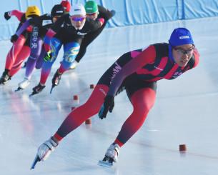 少年女子500メートル準決勝 後続を引き離し、第1コーナーを回る熊谷萌(右、盛岡工高)=北海道・釧路市柳町スピードスケート場