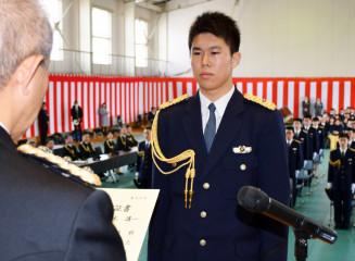 小野寺啓泰校長から卒業証書を受ける佐々木講一さん