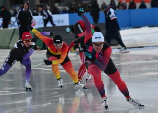 少年女子500メートル決勝 スタートダッシュを決め、3連覇を達成した熊谷萌(右、盛岡工高)=北海道・釧路市柳町スピードスケート場