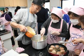 山田産食材を使ったオランダ料理を作る参加者ら