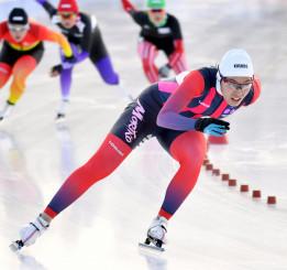 少年女子500㍍決勝 スタートダッシュを決め、3連覇を達成した熊谷萌(盛岡工高)=北海道・釧路市柳町スピードスケート場