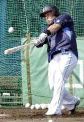 キャンプ初日、打撃練習する西武・山川穂高=日南・南郷