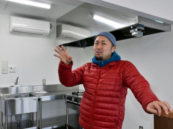 飲食店の営業を始める大槌駅内の調理場で「にぎわいを生み出したい」と思いを語る菊池晃総さん=1日、大槌町本町