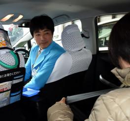 乗客にシートベルトの着用を促す岩手中央タクシーのドライバー(左)