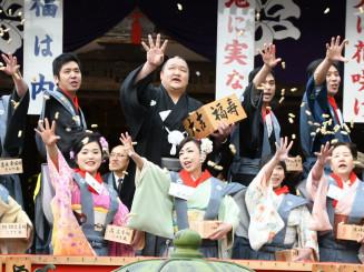 掛け声とともに豆をまく北勝富士関(後列左から2人目)や年男年女ら