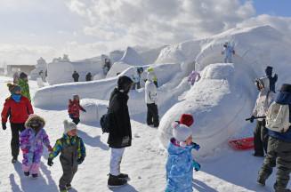 恒例のいわて雪まつりが開幕。メイン会場では大型雪像が来場者を出迎えた=2日、雫石町長山・岩手高原スノーパーク