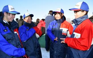 少年女子2000メートルリレーで4位内を確実にした本県チーム。左から吉田雪乃、大坪沙紀、熊谷萌(以上盛岡工高)沢野心想(盛岡農高)=北海道・釧路市柳町スピードスケート場