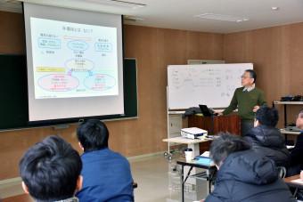 鈴木俊治教育委員(右奥)から半導体の基礎を学んだ社会人の受講者