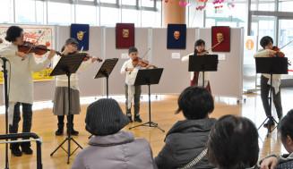 バイオリンの美しい音色を響かせる団員たち