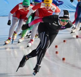成年女子3000メートル決勝 3周目、トップに立つ阿部真衣(手前、岩手ファーム)=北海道・釧路市柳町スピードスケート場