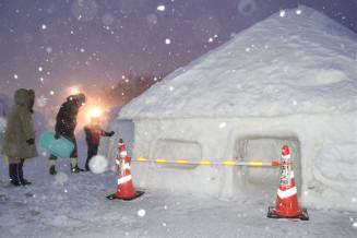 降雨や気温上昇の影響で解け、コーン標識を置いて立ち入りを制限した雪像=4日午後5時10分、雫石町・岩手高原スノーパーク
