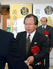 自然公園指導員としての長年の実績をたたえられた植田瑞穂さん(中央)と柳田千恵喜さん(右)