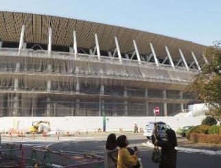 建築中の新国立競技場=2018年11月、東京都新宿区
