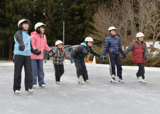 手をつなぎスケートを楽しむ浅内小の児童