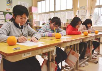 「井上マスヨさんありがとう」。感謝の気持ちを込めて手紙を書く(左から)岩脇千聖さん、金子真緒さん、佐々木空さん、清水川結央さん