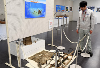津波で被災し、再生した地元の漁具が並ぶ企画展