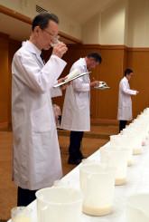 香りや味の違いに五感を研ぎ澄ますコンテスト審査員