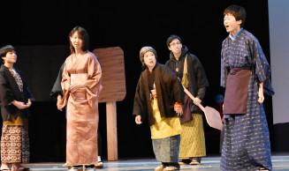本番に向けて熱のこもった稽古を行う熊谷煌明さん(右)ら出演者たち